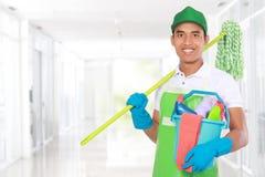 Portrait de jeune homme avec l'équipement de nettoyage Images stock