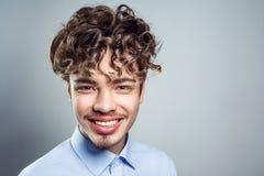 Portrait de jeune homme avec la coiffure bouclée Projectile de studio images libres de droits