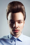 Portrait de jeune homme avec la rétro coiffure classique de coiffure style Pompadour Image libre de droits