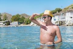Portrait de jeune homme avec le chapeau de paille en mer photo libre de droits