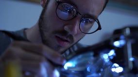 Portrait de jeune homme barbu réussi dans le fonctionnement en verre avec un fer à souder à son lieu de travail Concept de banque de vidéos
