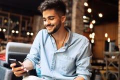 Portrait de jeune homme bel dans la chemise bleue image stock