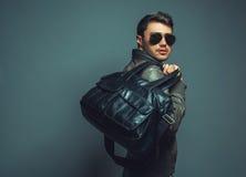 Portrait de jeune homme bel de fasion avec le sac en cuir portant s Image stock