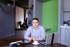 Portrait de jeune homme d'affaires masculin réussi pose et toilettes qui Images stock