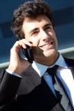 Portrait de jeune homme d'affaires parlant avec le smartphone Photo stock