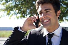 Portrait de jeune homme d'affaires parlant avec le smartphone Photo libre de droits