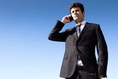 Portrait de jeune homme d'affaires parlant avec le smartphone Image stock