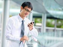 Portrait de jeune homme d'affaires parlant avec le smartphone photographie stock libre de droits