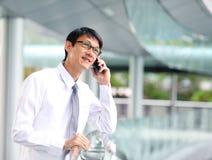 Portrait de jeune homme d'affaires parlant avec le smartphone photographie stock