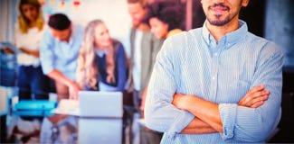 Portrait de jeune homme d'affaires se tenant avec des bras croisés image stock