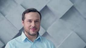 Portrait de jeune homme d'affaires souriant dans l'appareil-photo clips vidéos