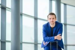 Portrait de jeune homme dans l'aéroport Veste de port de costume de jeune garçon occasionnel Homme caucasien avec le téléphone po Image libre de droits