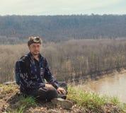 Portrait de jeune homme dans la chemise à la haute rivière de bâti - concept de déplacement Appareil-photo d'action sur la tête Images stock