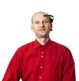Portrait de jeune homme dans la chemise rouge avec le casque d'EEG sur la tête Photo stock
