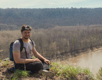 Portrait de jeune homme dans le T-shirt à la haute rivière de bâti - concept de déplacement Appareil-photo d'action sur la tête Photographie stock libre de droits