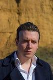 Portrait de jeune homme dehors, regardant l'appareil-photo photographie stock