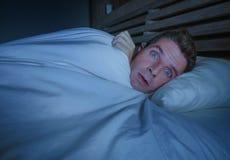 Portrait de jeune homme effrayé attirant dans le cauchemar de souffrance d'horreur de crainte et de panique ou le froid se sentan images stock