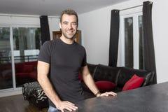 Portrait de jeune homme heureux à la maison photos stock
