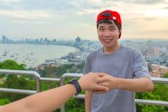 Portrait de jeune homme heureux tenant la main de son amie tandis que image stock