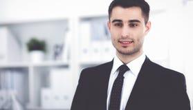 Portrait de jeune homme se tenant dans le bureau Photo libre de droits