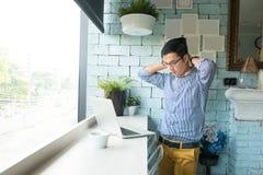 Portrait de jeune homme soumis à une contrainte frustrant d'affaires dans le dre occasionnel photo stock
