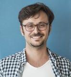 Portrait de jeune homme souriant à la caméra photo stock