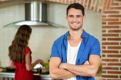 Portrait de jeune homme souriant dans la cuisine Photo libre de droits