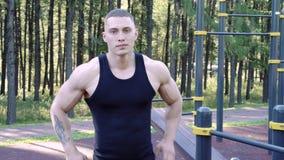 Portrait de jeune homme sportif posant devant la caméra dehors clips vidéos