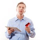 Portrait de jeune homme tenant le comprimé photo libre de droits