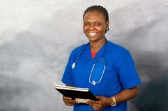 Portrait de jeune infirmière féminine de sourire images stock