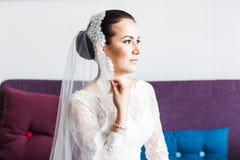 Portrait de jeune jeune mariée magnifique photo stock