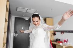 Portrait de jeune jeune mariée magnifique de danse à l'intérieur photographie stock