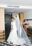 Portrait de jeune jeune mariée magnifique de danse à l'intérieur image libre de droits