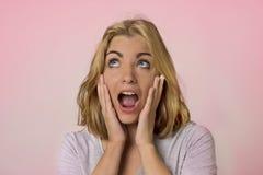 Portrait de jeune jolie et attirante fille caucasienne blonde avec de beaux yeux bleus sur sa recherche excitée et heureuse de 20 photo libre de droits