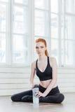 Portrait de jeune jolie femme de forme physique avec la bouteille d'eau Photo libre de droits