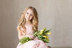 Portrait de jeune jolie fille très belle avec les tulipes jaunes de fleurs, souriant Photo d'intérieur Thème de source Plan rappr photographie stock