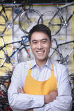 Portrait de jeune mécanicien masculin dans le magasin de cycles, Pékin Photographie stock libre de droits