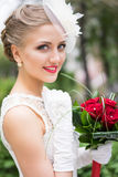 Portrait de jeune mariée avec le bouqet Photo stock
