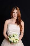 Portrait de jeune mariée avec le bouquet de fleur Photos stock