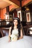 Portrait de jeune mariée dans l'intérieur luxueux Photographie stock libre de droits