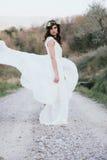 Portrait de jeune mariée de Bohème en nature, avec la robe et la couronne blanches Photographie stock libre de droits