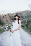 Portrait de jeune mariée de Bohème en nature, avec le bouquet et la couronne de Photographie stock