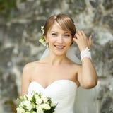 Portrait de jeune mariée de sourire gaie heureuse dehors Images stock