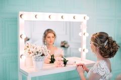 Portrait de jeune mariée en décor de fleur, photo de studio Beaux maquillage de mariage de portrait de jeune mariée et coiffure,  photographie stock libre de droits