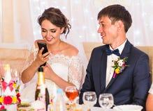 Portrait de jeune mariée heureuse tenant le téléphone portable images libres de droits