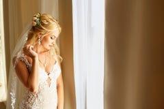 Portrait de jeune mariée près de la fenêtre Photographie stock libre de droits