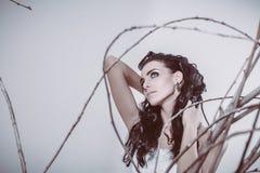Portrait de jeune mariée sexy de brune de belle jeune mode Photographie stock