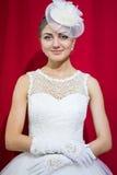 Portrait de jeune mariée sur le rouge Image stock