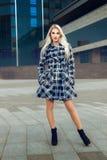 Portrait de jeune modèle blond sérieux avec des yeux bleus dans le coa photo stock
