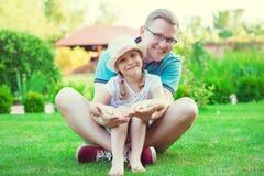 Portrait de jeune père heureux avec sa fille assez petite h Photos stock